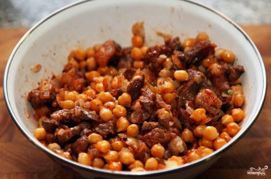 3. Сделаем начинку: разогреем ложку масла в сковороде, опустим в масло семена кориандра и через 20-30 секунд положим мясо. Мясо, постоянно помешивая, на сильном огне доведем до полуготовности, минуты 2-3. Посолим в самом конце. Добавим дальше лук и тоже обжарим. Туда же - нут и все наши специи, перемешаем и снимаем с огня.