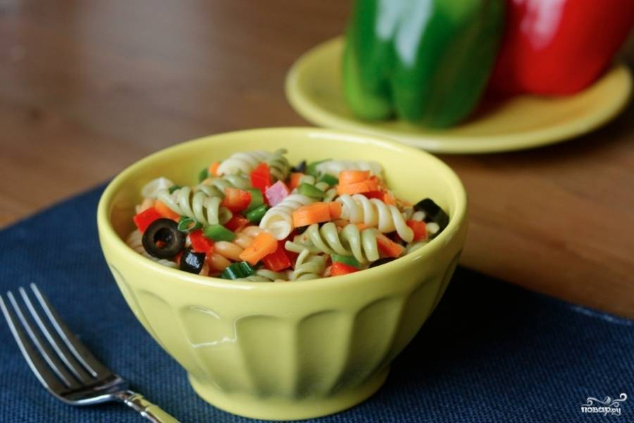 Салат с макаронами и перцем