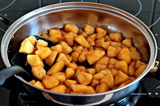 4. Добавить на сковороду яблоки и аккуратно перемешать. На медленном огне тушить яблоки до мягкости - около 5 минут. Чтобы яблоки не потеряли форму, не нужно их постоянно помешивать. Готовую начинку как следует остудить.