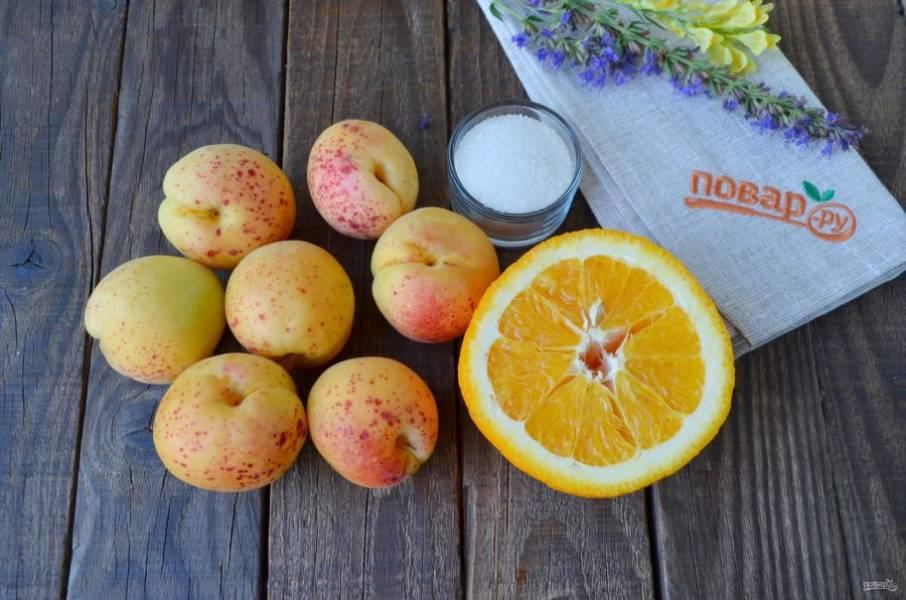 Итак, подготовьте продукты. На каждую литровую банку нужно рассчитать продукты: треть банки абрикосов, половинка апельсина, три столовые ложки сахара. Количество воды индивидуально, сколько войдет в банку. Количество абрикосов тоже может отличаться от моего, ведь размер фруктов разный, главное —наполнить баночку на треть.