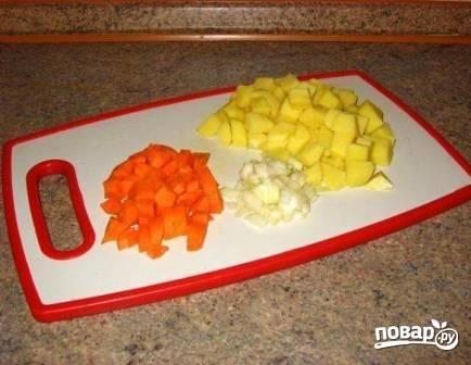 Очистим все остальные овощи и нарежем примерно такими же кубиками, как и тыква. Вместо картофеля можно взять корневой сельдерей.