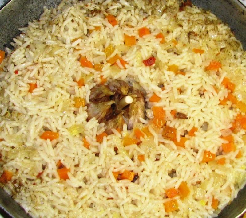 Накройте крышкой и варите в течение 25 минут на небольшом огне. После этого чеснок можно вынуть из блюда, очистить и добавлять по зубчику в каждую порцию. Рис с морковью и луком готов.