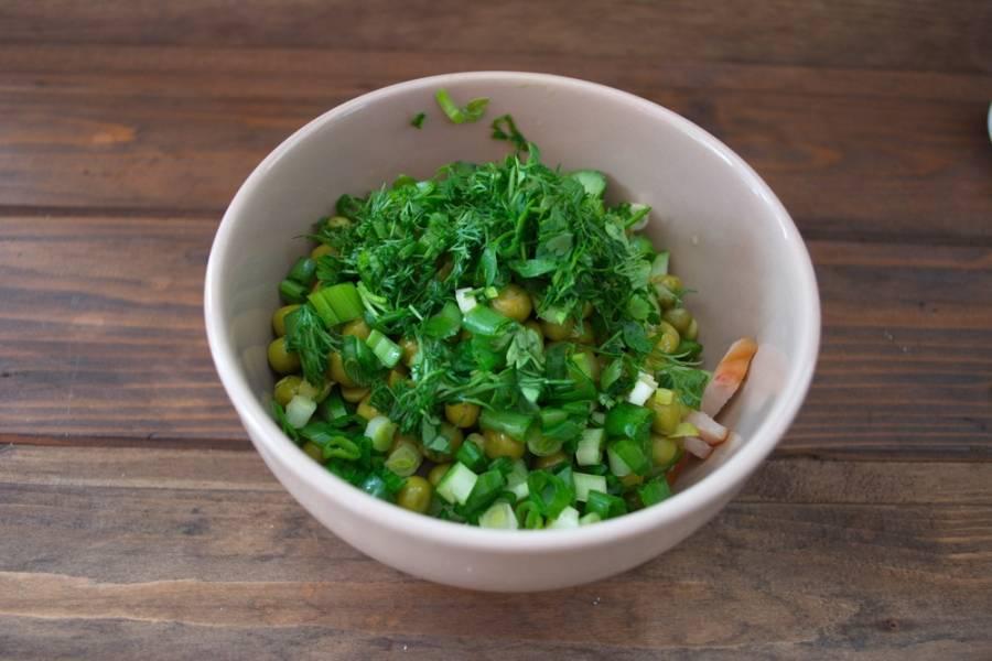 Измельчите зелень. Добавьте в салат.