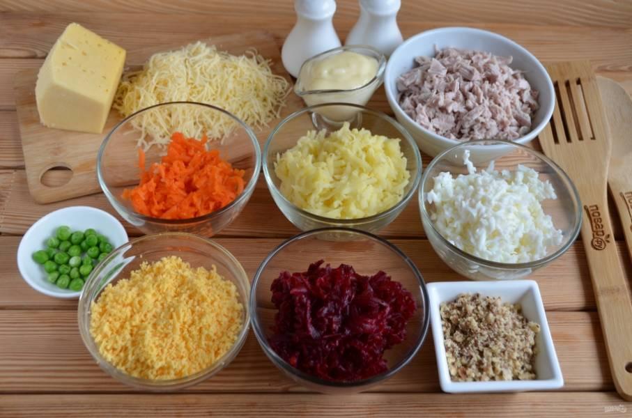2. Все овощи очистите от кожуры, с яиц снимите скорлупу. Разделите желтки и белки, натрите желтки на мелкой терке, белки на крупной. Все овощи натрите в отдельные тарелочки. Свинину порежьте кубиками. Сыр натрите на мелкой терке. Измельчите орехи грецкие. Чеснок пропустите через пресс и смешайте с майонезом.