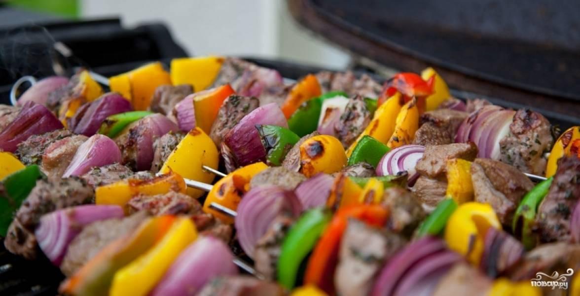 Выкладываем готовые шампуры с мясом на барбекю или на мангал.