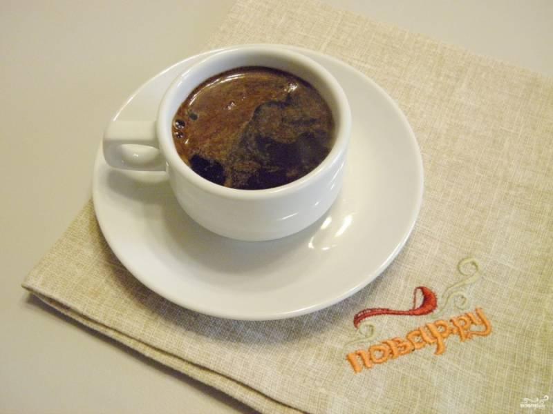 Залейте кофе кипятком, ложкой аккуратно перемешайте. Кофе готов! Приятного дня!
