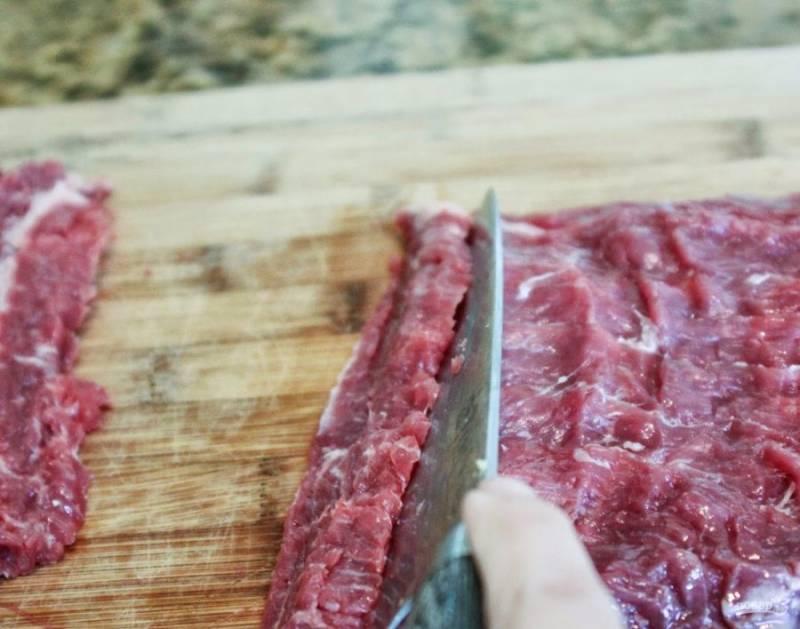 7.Вымойте и разверните пашину (она продается свертком), острым ножом нарежьте ее поперёк волокон полосками.