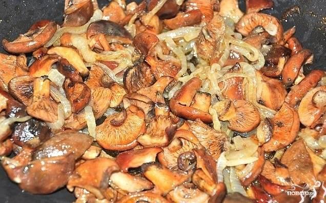 5.Добавляем рыжики в сковороду с луком, солим и перчим. Жарим еще 15-20 минут.
