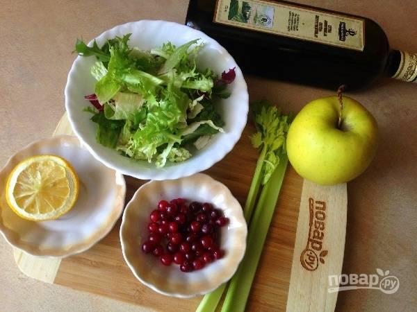 1. Вот все ингредиенты для салата. Заправка будет простейшей, к ней можно добавить молотые орехи и любимые специи.
