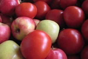 Яблоки режем на мелкие куски, удаляем зерна.