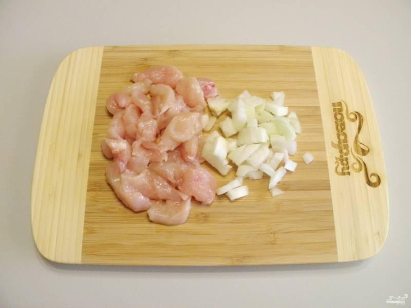 Так как грибы у меня уже нарезаны, остается порезать мелко лук и филе.