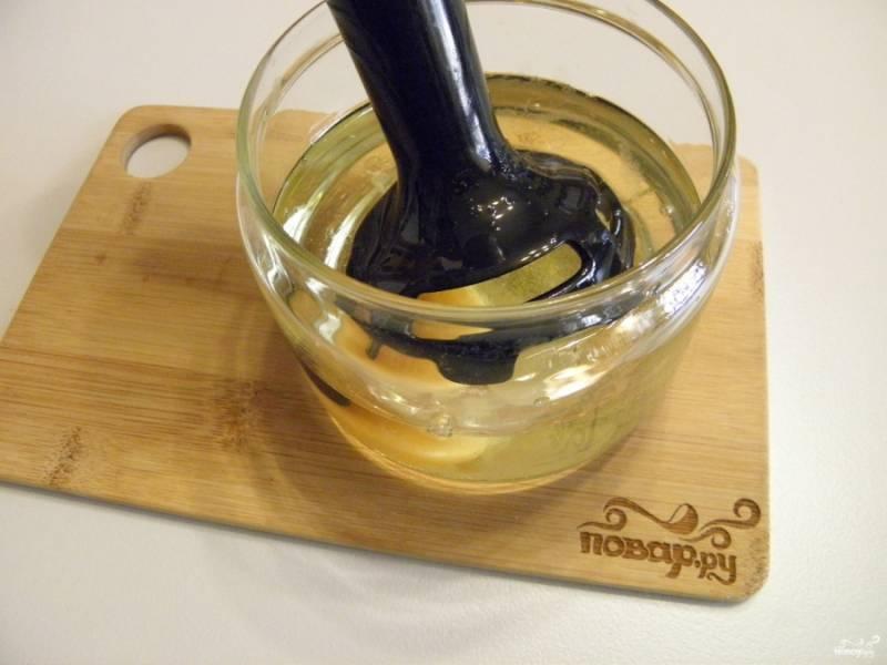 Погрузите блендер в чашу, начните процесс взбивания. Лучше всего опустить на самое дно, как бы начиная с яйца, и приподнимать блендер, чтобы дойти доверху.