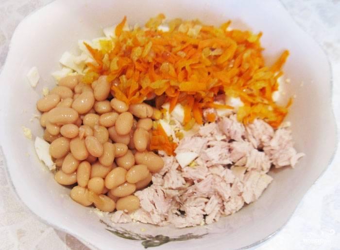 Туда же добавляем консервированную фасоль (без жидкости), лук с морковью, соль, перец, майонез. Хорошенько перемешиваем.