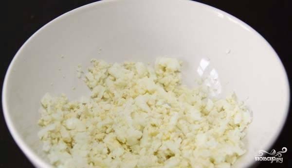 Итак, начнем готовить основу для салата. Для этого мелко нарежем сваренные вкрутую яйца.