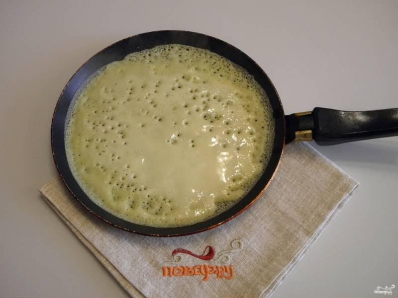 Разогрейте антипригарную сковородку, смажьте её капелькой масла только в первый раз. Приступайте к жарке блинов.