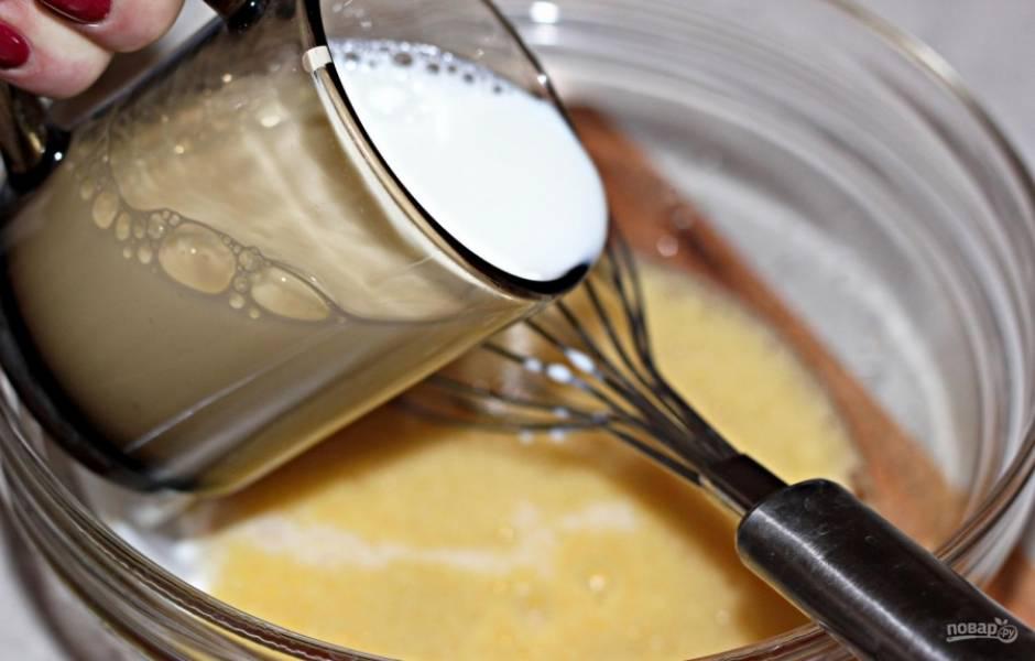 1.В миску вбиваю яйца, насыпаю сахар и щепотку соли, взбиваю венчиком или миксером. Молоко подогреваю до комнатной температуры и вливаю в миску, перемешиваю.
