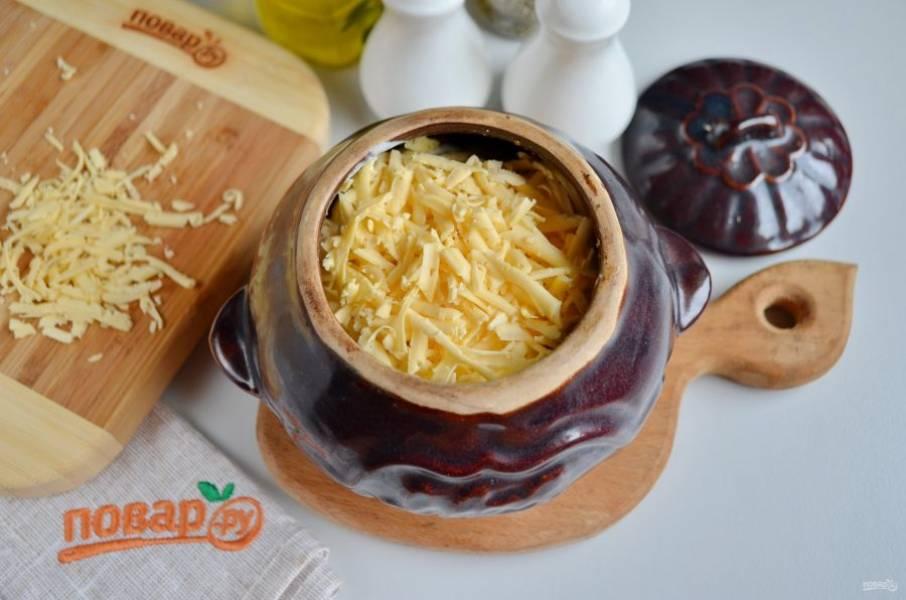 Полейте хорошо тыкву сметаной, сверху распределите сыр тертый. Отправьте горшочек в духовку на 20 минут, температура — 220-250 градусов.