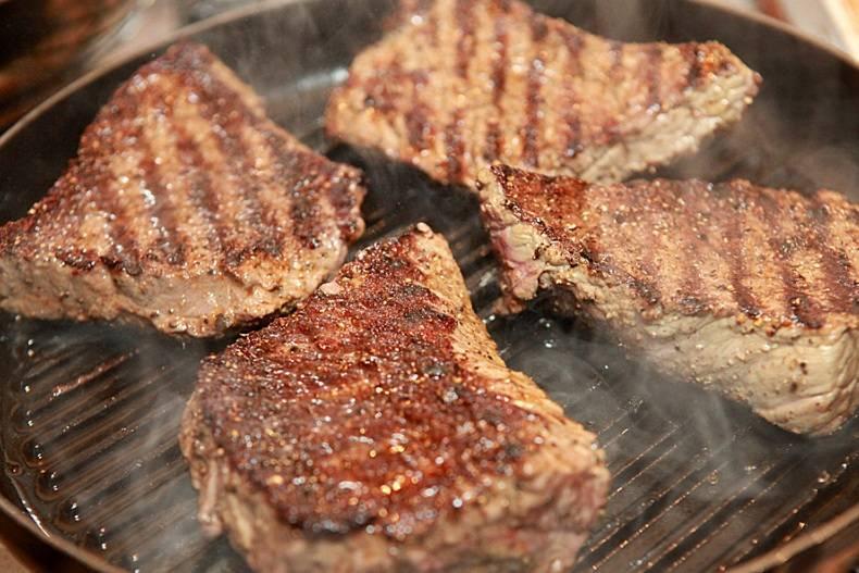 Стейк из говядины на гриль сковороде рецепт с пошагово