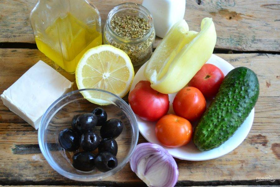 1. Подготовьте все необходимые ингредиенты. Лук очистите от шелухи, а перец – от плодоножки и семян, все овощи промойте.