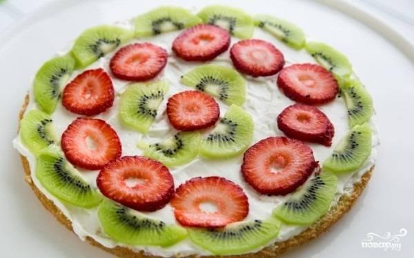 11. Разложите на крем слой фруктов.