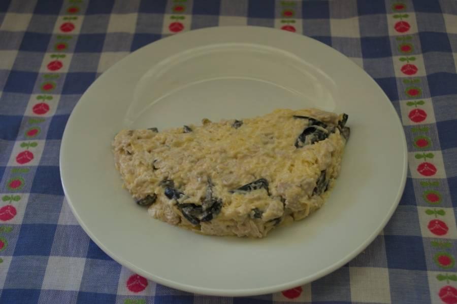 3. Заправьте все майонезом. Перемешайте. Из полученной массы на плоской тарелке выложите некое подобие дольки арбуза.