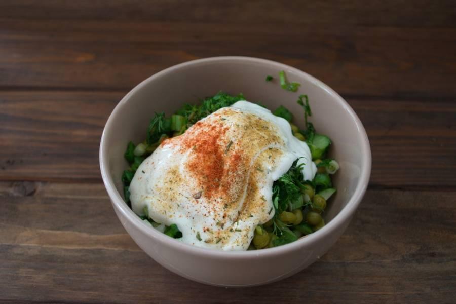 Заправьте салат сметаной, добавьте специи по вкусу и соль. Перемешайте и подайте к столу.