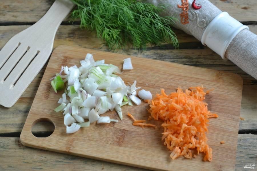 Морковь натрите на крупной тёрке. Лук нарежьте некрупными кубиками. Поставьте на средний огонь сковороду с подсолнечным маслом. Сначала высыпьте лук, слегка обжарьте его. Потом добавьте морковь, всё томите еще 3-5 минут.  В конце добавьте томатный сок, протушите пару минут.