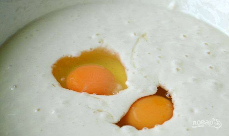2.Вбейте куриные яйца и размешайте, введите оставшуюся пшеничную муку и влейте горячую воду.