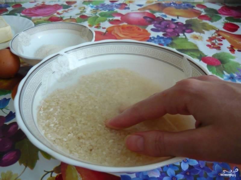 Рис промываем и ставим вариться на минут 15. Как всегда, нужно чтобы воды в кастрюле было на 2 пальца больше, чем риса.
