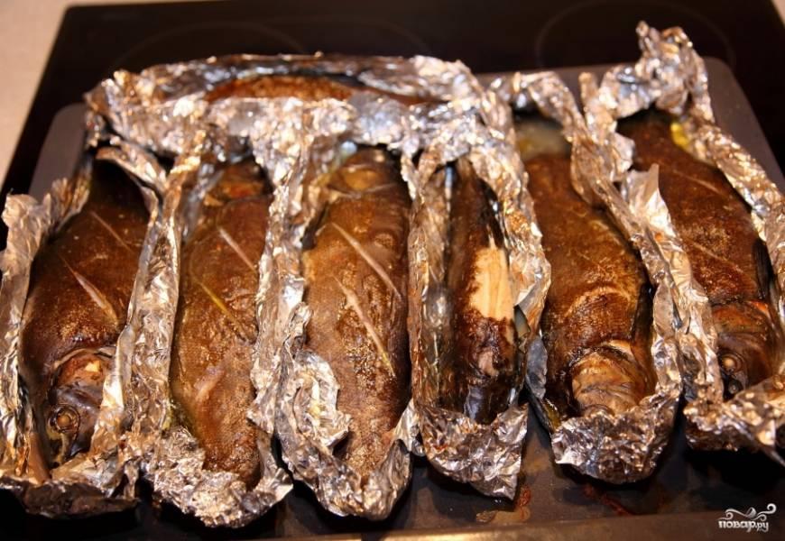 Запекаем 30 минут при 180-200 градусах. Минут за 5-10 до окончания приготовления фольгу необходимо открыть, чтобы рыба слегка подсохла и зажарилась.