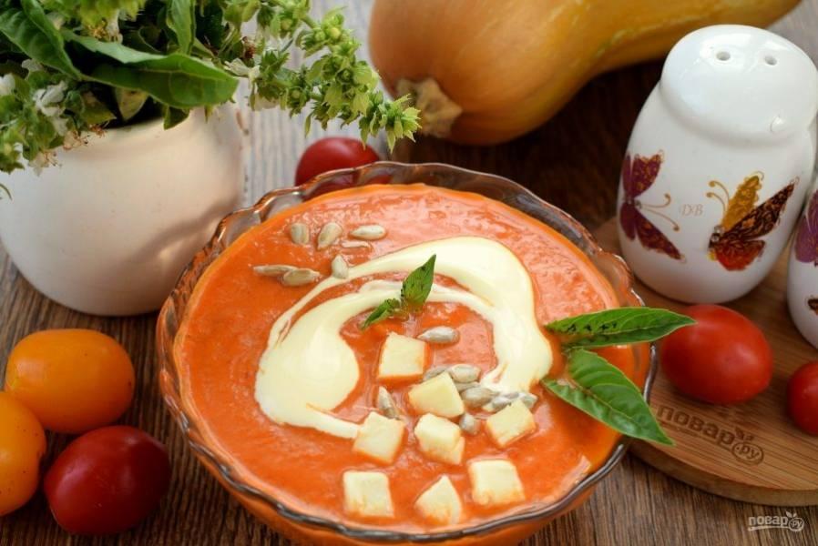 Добавьте сливки, бальзамический уксус и сахар по вкусу, перемешайте. Подавайте томатно-тыквенный суп горячим с кубиками копченого сыра, семечками и зеленью. Приятного аппетита!