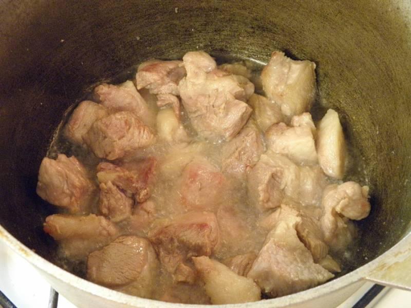 6. Возьмите толстостенный казан, разогрейте в нем растительное масло, бросьте мясо и обжаривайте 10-15 минут.