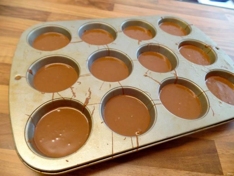 10.Полученный шоколад вылейте в формочки поверх охлажденной песочной основы.