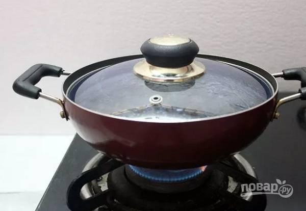 7. Влейте воду, доведите до кипения. Посолите, накройте крышкой и на среднем огне варите до мягкости чечевицы (от 15 до 30 минут примерно).