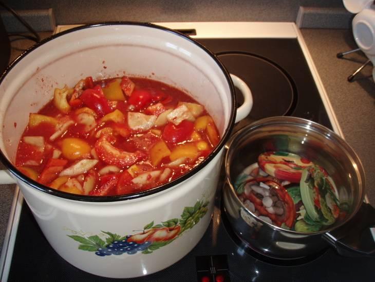 Помидоры кипятим на мелком огне 15 минут, добавляем перец, сахар, соль, растительное масло. Варим 20 минут. В самом конце кладем перец горошком, лавровый лист и уксус. Кипятим еще 5-7 минут.