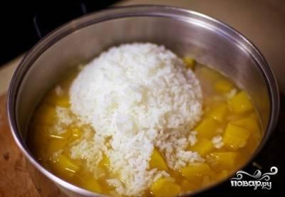 Как только сварили рис, сразу выложите его в кастрюлю.