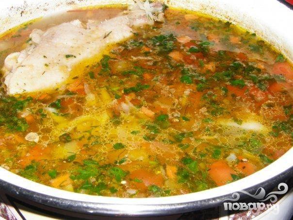 6. Разлить щи по тарелкам, положить в каждую тарелку кусочек курицы и подавать с хлебом и сметаной. При желании посыпать суп измельченной зеленью и подавать отдельно зубчик чеснока.