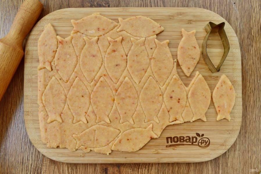 Раскатайте тесто в тонкую лепешку толщиной 0,5 см. Вырубите из теста рыбок, с помощью зубочистки сделайте глазки.