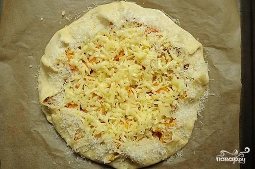 Посыпаем сыром и отправляем выпекаться в духовку (200 гр) примерно на 20-30 минут.