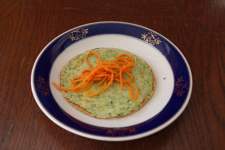 На каждый блинчик выкладываем порцию корейской морковки и сворачиваем в рулетик. Для более праздничной подачи, чтоб  блинчик не разворачивался, его можно перевязать перышком зеленого лука.