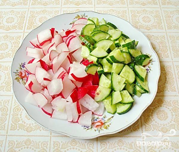 3.Тщательно вымываем редис и огурцы. Ждем, когда стечет вода, но овощи можно и обтереть, прибегнув к помощи бумажной салфетки.
