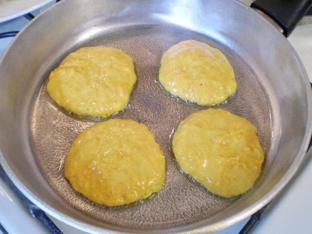 Жарим на растительном масле оладушки. Ложкой выкладывайте тесто и формируйте.