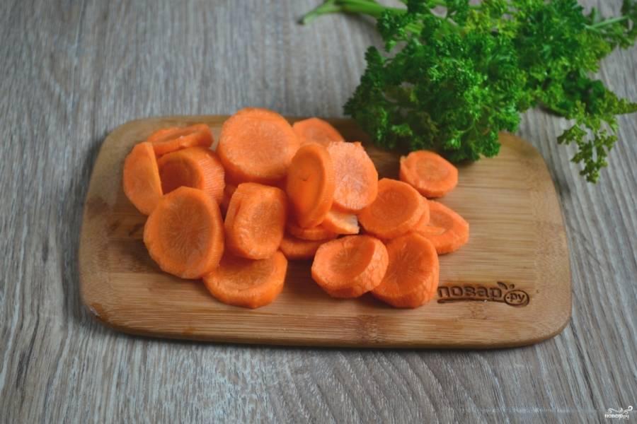 Очищенную морковь порежьте кружочками толщиной 5 мм.