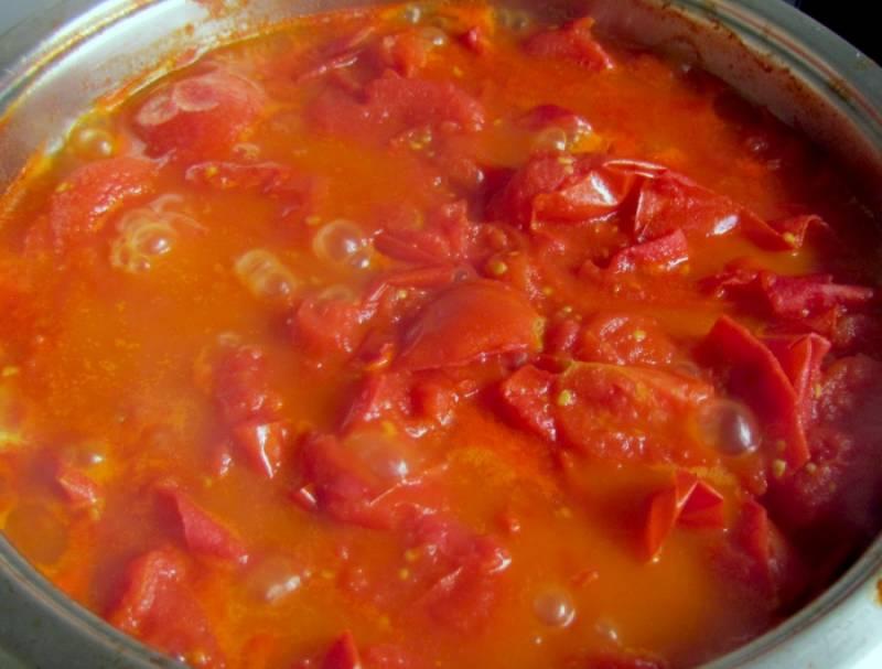 Добавляем немного соли и долго тушим, пока из помидор не выпариться лишняя влага.