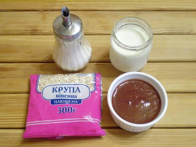 1. Приготовим продукты. Йогурт можно заменить на нежирный кефир или молоко. Сахар не обязательно использовать, можно заменить медом, вареньем или сиропом кленовым.