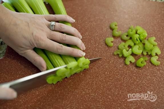 2. Вымойте, обсушите сельдерей и мелко нарежьте.