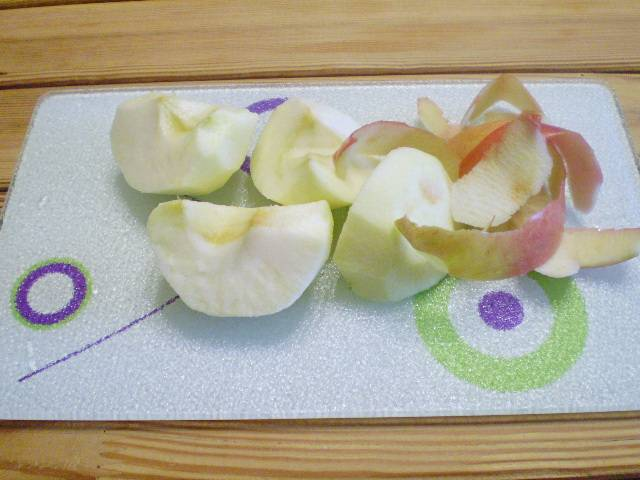 2. Очищаем яблоко от кожуры, вынимаем сердцевину.