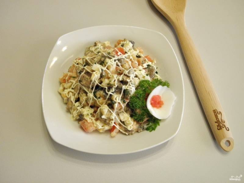 Разложите салат порционно. Украсьте зеленью и белком. Приятного аппетита!
