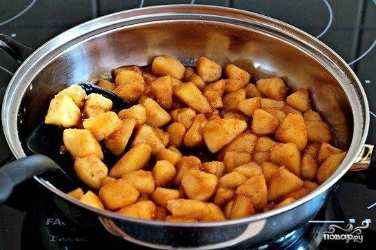 8.Добавляем яблоки в карамель, снова ставим на плиту и  готовим, помешивая, пока карамель не впитается.