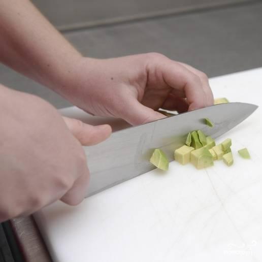 Аналогично мелким кубиком нарезаем авокадо.